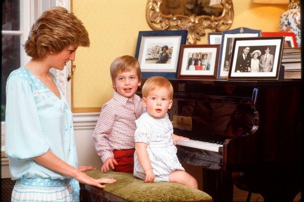 DIANA_WILLIAM_HARRY_PIANO
