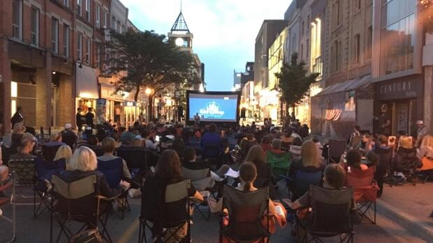 A stretch along Dundas Street, regularly buzzing with vehicle traffic, was blocked off Thursday evening by about 400 Londoners – equipped with blankets and popcorn – ready to watch a movie on an inflatable screen.
