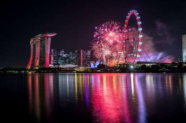 SINGAPORE NATIONAL DAY Fireworks explode over Marina Bay
