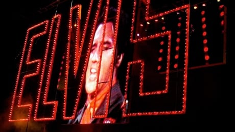 Fans flock to Graceland marking 40 years since Elvis Presley's death thumbnail