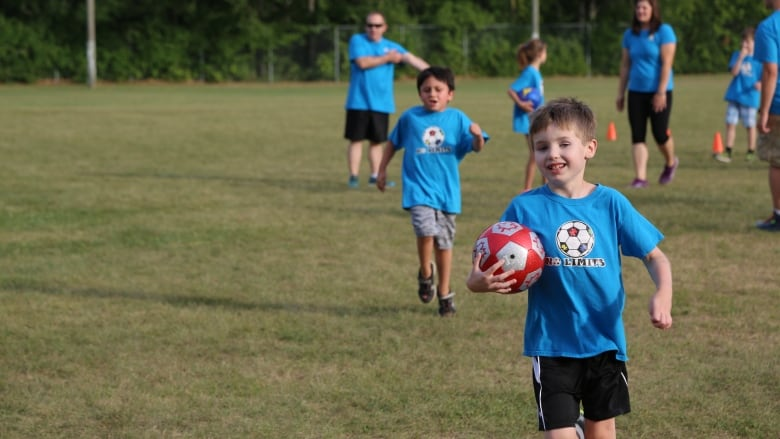 Should Kids Be Allowed To Play Soccer >> No Limits Volunteers Drive Success Of Soccer Group For Kids With