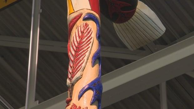 CNE Unity Pole white feather