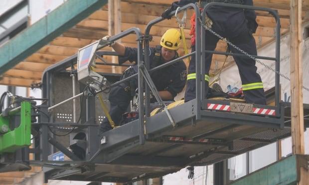 Rescue firefighters 12 rue de l'Horizon Gatineau construction site