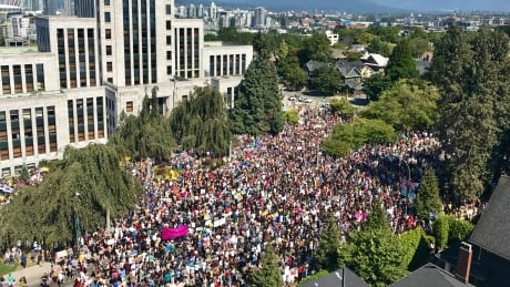 Protest against far-right rally draws thousands in Vancouver thumbnail