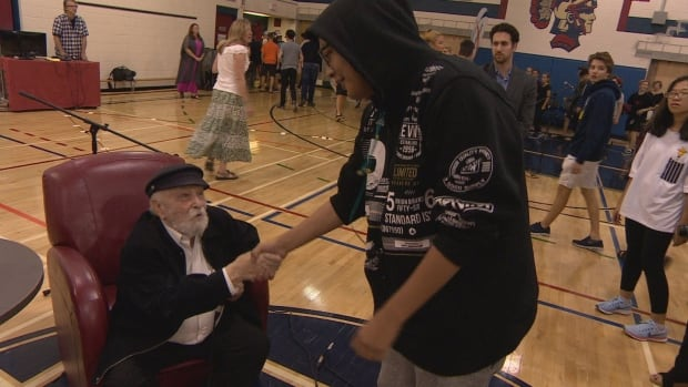 Holocaust survivor Cantor Moshe Kraus, meets Winnipeg students after sharing his story