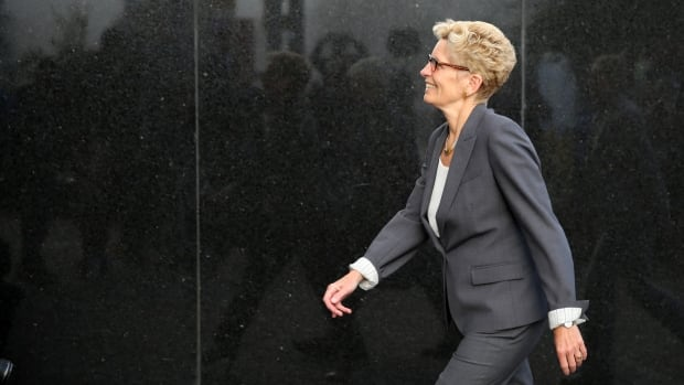 Ontario Premier Kathleen Wynne makes her way into a Sudbury, Ont., courtroom. Wynne was called by the Crown as a witness in the trial of bribery allegations during the 2015 Sudbury byelection.