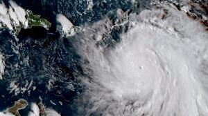 Hurricane Maria lashes Dominica, menaces other islands