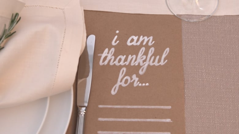 This DIY Thanksgiving table setting is super pretty - and ...