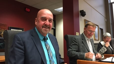 Mayor Keith Hobbs returns to council in Thunder Bay, his criminal case begins Tuesday