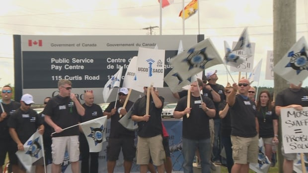 Workers protest outside pay centre, Miramichi