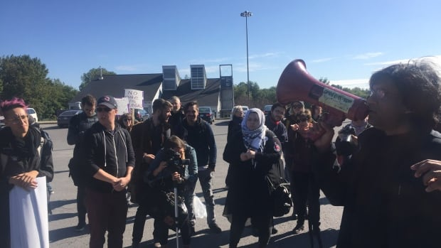 Pro- and anti- immigration protesters face off at Lacolle Border crossing