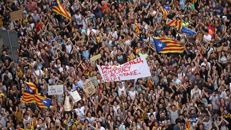Demonstrators cram outside the National Police headquarters in Barcelona on Oct. 3, 2017, in protest of violence inflicted on Catalan voters two days earlier. (Susana Vera/Reuters)