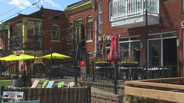 The strip in Old Hull was once overrun with early morning partiers who flooded the area from bars in Ottawa that would close earlier in the night. Since the 1990s, Hull is the only jurisdiction in all of Quebec that requires bars and clubs to close by 2 a.m.