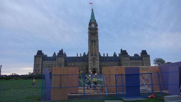 Workers erect a structure on the Parliament Hill lawn on Wednesday, Oct. 11, 2017.