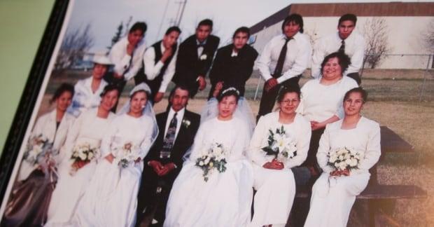 Noskiye siblings with their dad at wedding