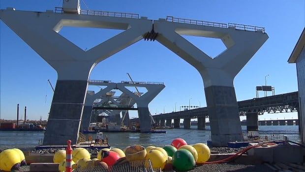 There are 850 people working around the clock to finish construction of the new Champlain Bridge by December 2018.