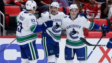 Big 2nd period lifts Canucks to win over Red Wings