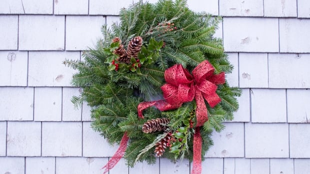 You can make a wreath like this yourself from foraged greens.
