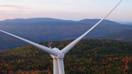 Wind turbine becomes 1st-class stage for musicians in Gaspé, Que.