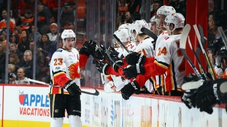 Sean Monahan's 1st NHL hat trick helps Flames down Flyers