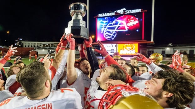 Laval will go for its 10th Vanier Cup after defeating Calgary 35-23 on Saturday evening.