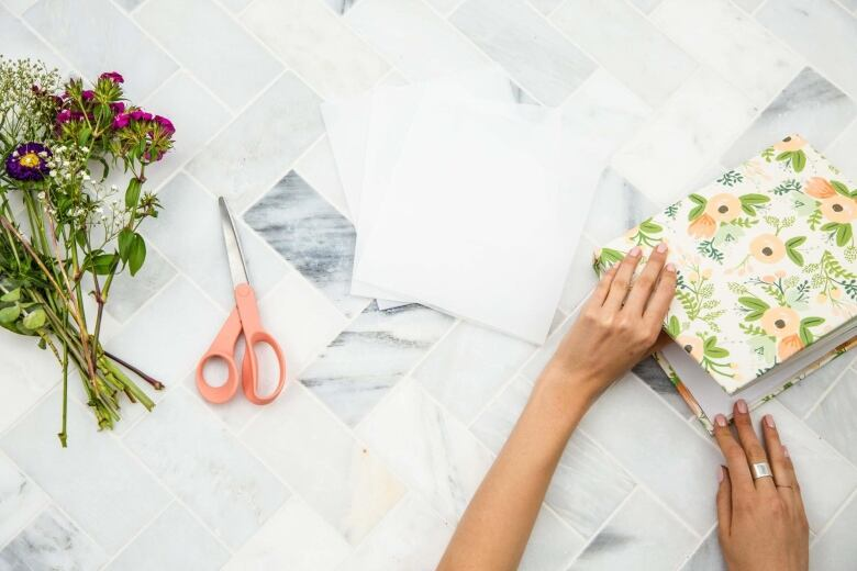 Give wilting blooms new life by turning them into the prettiest arrange some flowers on one side of the wax paper fold the wax paper in half so that its covering the flowers repeat for the other flowers mightylinksfo