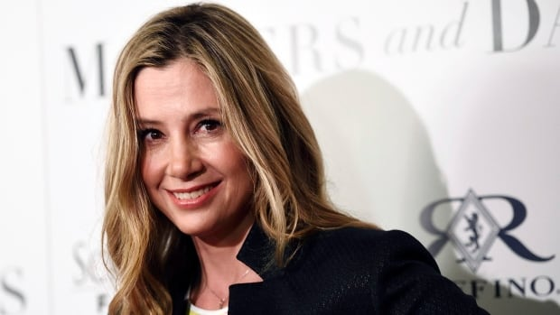 Actress Mira Sorvino says she burst out crying after hearing director Peter Jackson's story about how Harvey Weinstein allegedly blacklisted her in Hollywood.