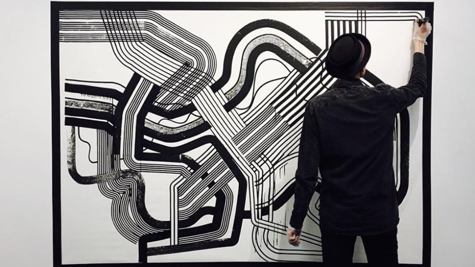 Artist Steffen Seeger painting with Air-Ink.