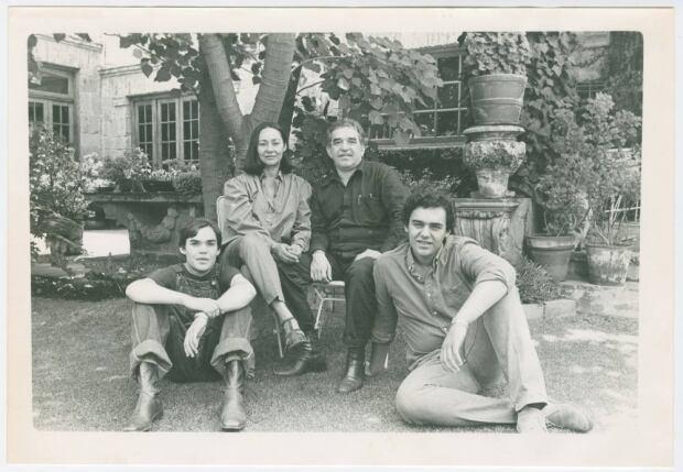 Gabriel Garcia Marquez with Mercedes Barcha and their sons, Rodrigo and Gonzalo