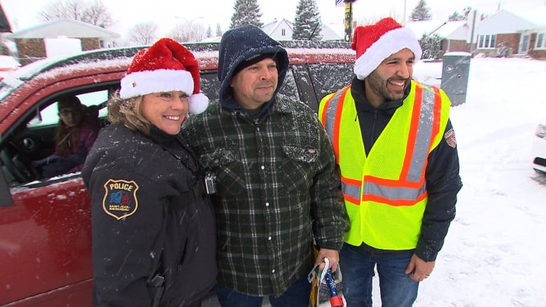 These Quebec drivers got pulled over by police for good driving — and a holiday surprise