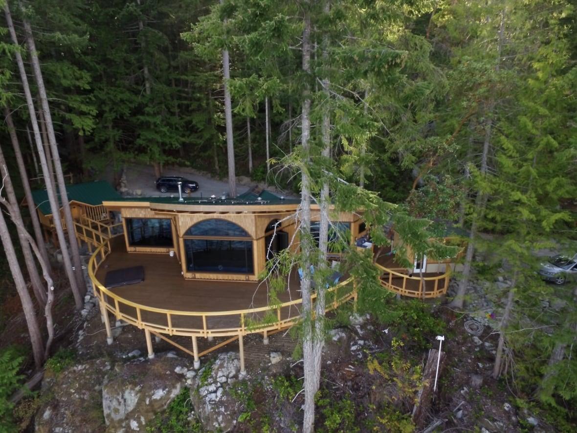 paul-stamets-cabin-on-cortes-island.JPG