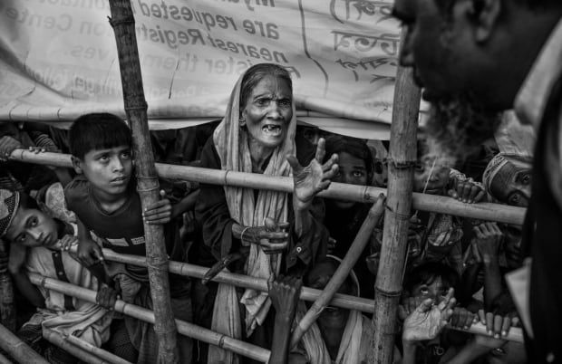 A Rohingya Muslim refugee woman begs for food 98506833