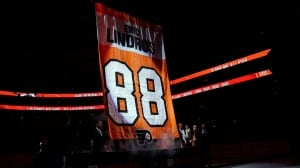 Eric Lindros has No. 88 retired by Flyers with Maple Leafs in town