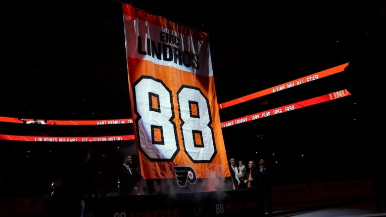 8c46e1bef Eric Lindros has No. 88 retired by Flyers with Maple Leafs in town ...