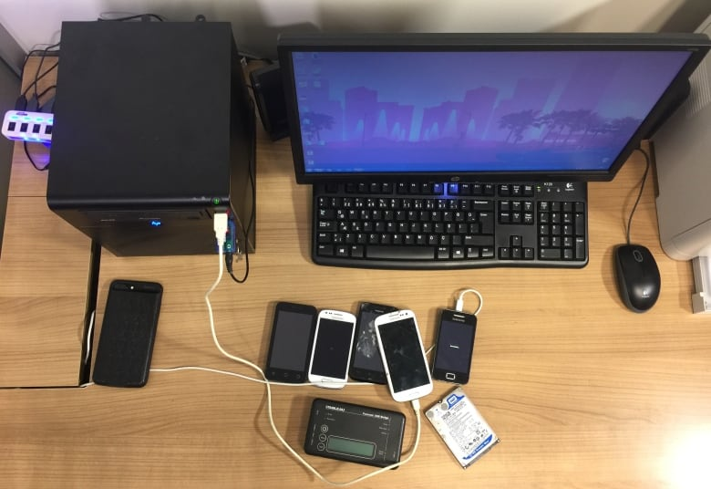 Beşikçi is currently investigating countless phones sent to him by people desperate to clear their names.(Nil Köksal/CBC)