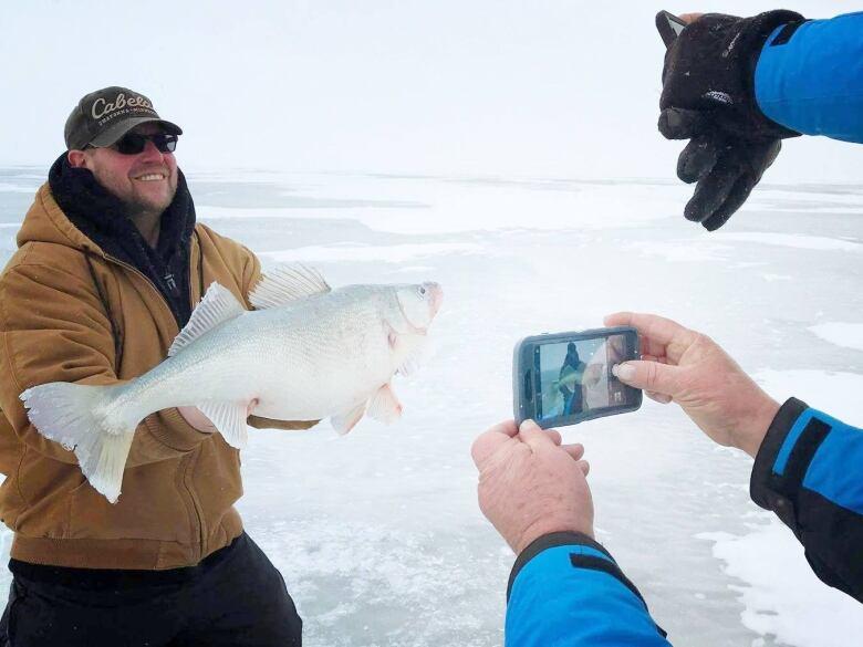 Lake Winnipeg ice fishers reeling in 'fish of a lifetime' thanks to 1997 flood, says veteran angler
