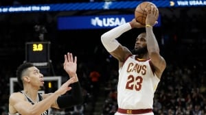 LeBron James becomes youngest player to reach 30K points
