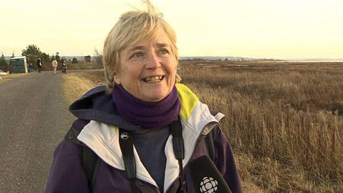 RAW: Snowy owls' surprise return to B.C.