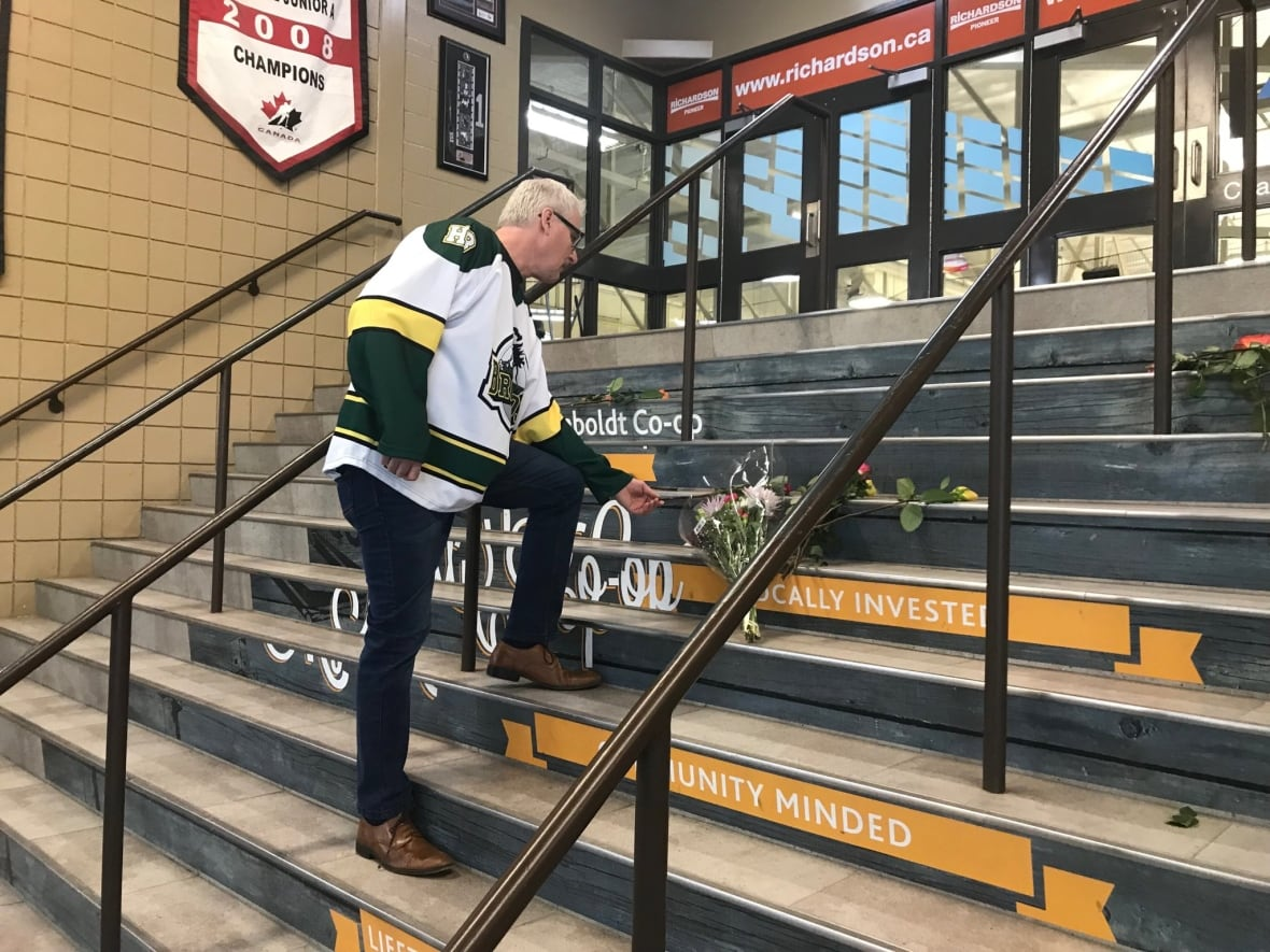 Canadians don hockey jerseys to honor dead in bus crash