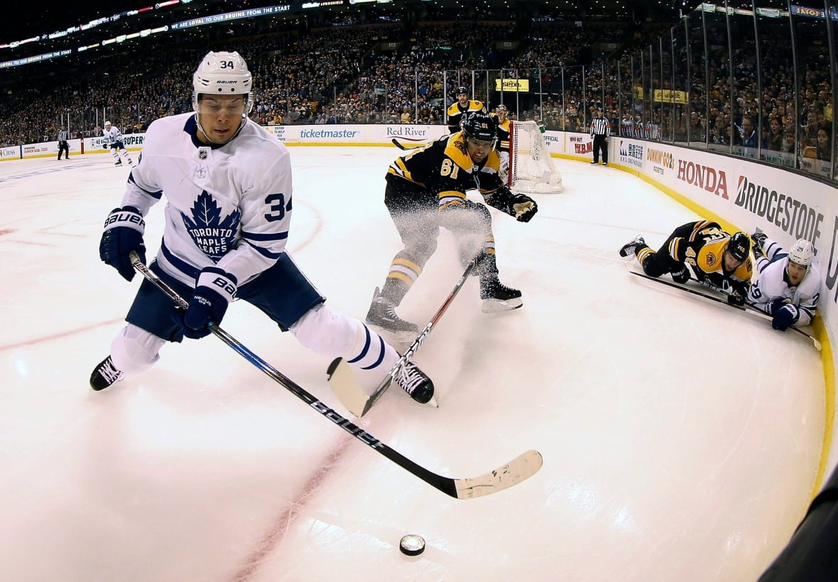 Leafs forward Leo Komarov to miss Game 3 against Boston