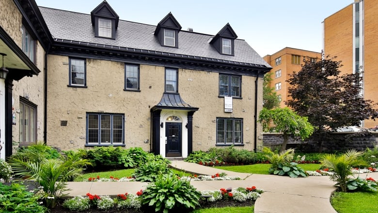 No electricity for tenants of shabby Montreal rooming house billed ...