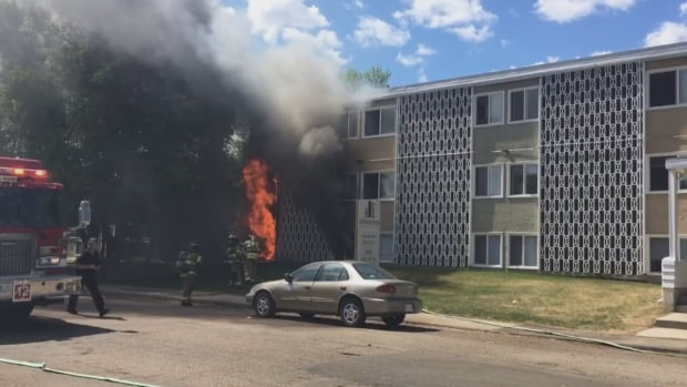West Edmonton fire causes apartment building to be evacuated