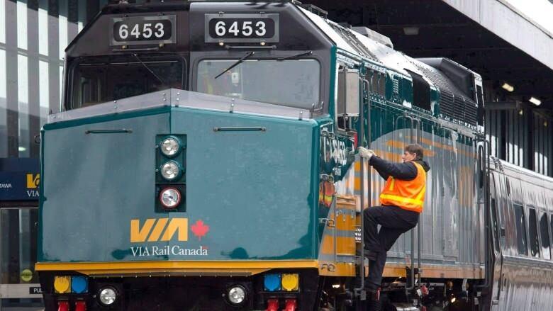 Train collision holds up Ottawa-bound passengers