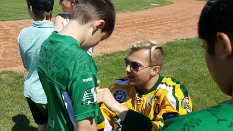 Kaleb Dahlgren signs autographs for kids