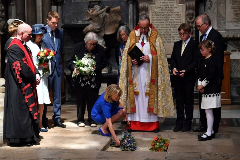 Stephen Hawking memorial sees his ashes interred, voice ...