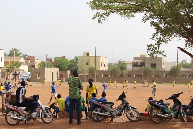 Mali is besieged in parts by extremists who are not loosening their grip, and battling everything from climate change to poverty.(Stephanie Jenzer/CBC)