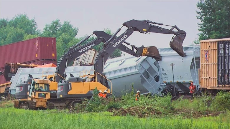 Cleanup begins after CP Rail train derails west of Montreal