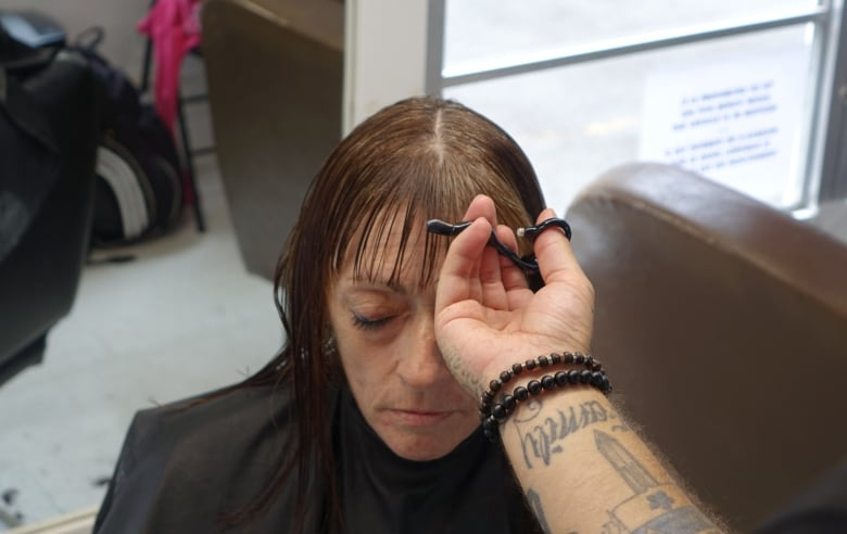 Rolling Barber proves the power of a haircut for the homeless | CBC News