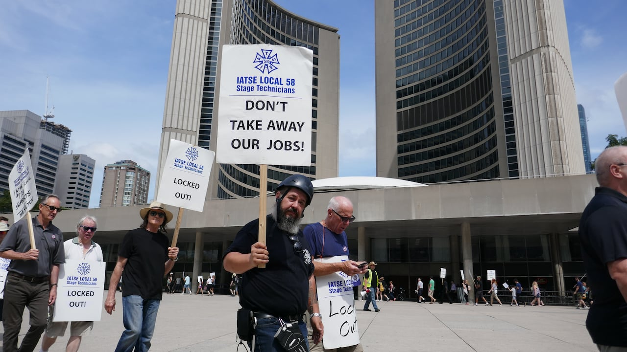 Hundreds of locked out stagehands rally at Toronto city hall | CBC News