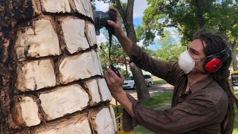 Highlands artist transforming neighbourhood with chisel